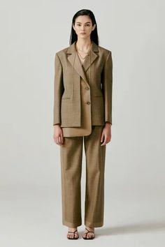 Moon J Seoul Herbst/Winter - Fashion Shows Suit Fashion, Fashion Show, Fashion Outfits, Fashion Design, Fashion Trends, High Fashion, Tailored Jacket, Future Fashion, Vogue Paris