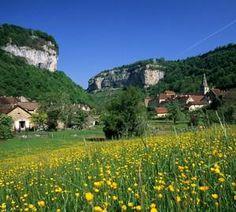 Village de Baume-les-Messieurs | Jura, France | Photo de Stéphane Godin/Jura Tourisme | #JuraTourisme #Jura #PlusBeauxVillagesDeFrance