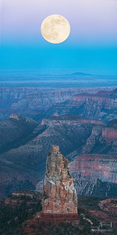 How to plan for a trip to Grand Canyon? One of the world's seven natural wonders, the Grand Canyon's immense scale, breathtaking beauty and indescribable rock formations attract thousands of touris. Beautiful Moon, Beautiful World, Beautiful Places, Amazing Places, Parque Nacional Do Grand Canyon, Night Sky Photos, Super Moon, Parcs, Natural Wonders
