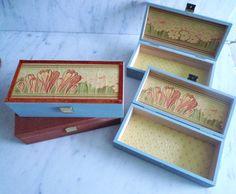 Kästchen aus Holz. Außen mit antiken Tapeten aus den 1930er Jahren beklebt, innen mit Stoff. Zu haben bei: carakess.dawanda.com