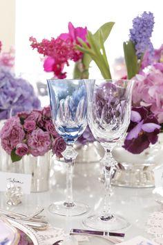 Para brindar o noivado, taças de cristal transparentes e azuis.