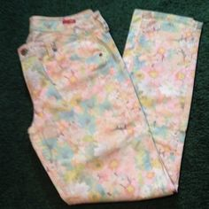 Floral ankle length jeans Very cute floral jeans by Arizona Jean company. Ankle length size 7. Arizona Jean Company Jeans
