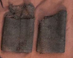 Small, irregular textile pieces, which were folded together and placed on top of the deceased's feet. They are not processed in any way, and they seem to have a more symbolic than practical role. In the graves from Skrydstrup and Jels in South Jutland is found along with proper footwear. This could indicate that they were used for the lining of the shoes. At the man in Muldbjerg grave in western Jutland was no right shoes, but only those fodlapper of wool.