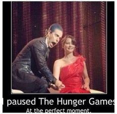 Omg when I looked at this I clapped and my hands made a fart noise and I imagined it as Katniss farting and Ceasar being like :O Hunger Games Memes, Hunger Games Cast, Hunger Games Fandom, Hunger Games Catching Fire, Hunger Games Trilogy, Katniss Everdeen, Gaming Memes, Funny Games, Jenifer Lawrence