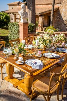 This Majestic Wedding Inspiration is just what you need this spring! Designed around Athenian landmark with 350 year old history for your royal wedding! Spring Wedding Inspiration, Royal Weddings, Greece, Table Settings, Tower, Table Decorations, Design, Greece Country, Rook