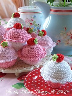 Crochet Cupcakes for Asha to make. Crochet Cake, Crochet Food, Love Crochet, Crochet Crafts, Crochet Projects, Knit Crochet, Crochet Strawberry, Strawberry Cupcakes, Cottage Crafts
