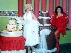 Marlyn Monroe sai de dentro do bolo