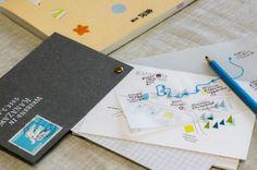 """※こちらの記事は2016年3月6日に公開されたものです 楽しい旅のお供に""""旅のしおり""""を手作りしてみませんか? 今回作るのは、簡単なのにかわいくて便利、そのまま思い出として残しておくことができる「大人のための旅のしおり」。スクラップブックや紙雑貨作りを手がけるコラージュ作家の永岡綾さんに作り方を教えてもらいました。 Co Trip, Small Cards, Book Design, Notebook, Paper Crafts, Notes, Japan, How To Plan, Travel"""