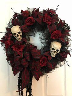 30 Creative DIY Halloween Wreath Design For The Thriller Night Gothic Halloween Decorations, Halloween Frames, Fete Halloween, Halloween Home Decor, Easy Halloween, Vintage Halloween, Halloween Wreaths, Halloween Sweet 16, Halloween Flowers