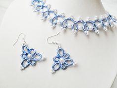 Parure mariage, collier+ boucles d'oreille , parure dentelle bleu avec perles blanches : Parure par carmentatting