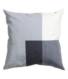 Katso! Puuvillakankainen tyynynpäällinen, jossa painettu blokkikuviointi. Piilovetoketju. – Käy hm.comissa katsomassa lisää.