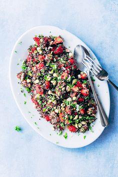 En salat med jordbær er lækkert og sundt tilbehør til grillmad. Klik her og få opskrift og billeder på nem og smuk jordbærsalat. Den bedste sommersalat