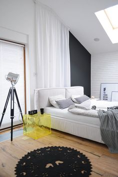 White walls, antiqued floorboards and old brick give the interior nature of the loft / attic. In this remarkable home they have become a stage for modern fur. Small Bedroom Designs, Modern Bedroom Design, Contemporary Bedroom, Colorful Apartment, Urban Loft, House And Home Magazine, Design Case, Home Bedroom, Bedrooms