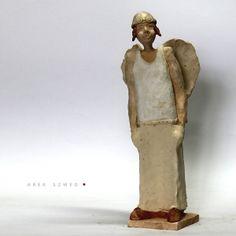 Anioł. Wersja 3.  Figurka wykonana ręcznie z jasnej gliny i pokryta matowym szkliwem. Wysokość ceramicznej rzeźby około 30 cm. Ceramika artystyczna Arek Szwed