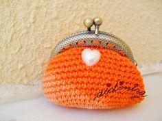 Bolsa laranja, de crochet, com coração