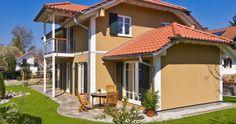 Das Krüppelwalmdach verleiht dem Landhaus Braun eine markante Note und macht es zum Highlight der Wohngegend. Baufritz Landhaus.