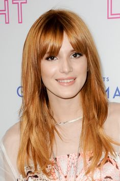 Bella Thorne, alargar un rostro redondeado. La joven actriz consigue romper lo redondeado de su rostro con un flequillo largo y liso que a veces abre sobre la frente para crear una sensación visual de alargamiento.
