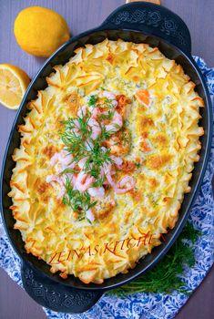 Festlig fiskgratäng med lax, spenat, läcker dillsås och duchessepotatis. En lyxig rätt som passar lika bra att bjuda på när man får gäster eller till vardags. Recept på fiskgratäng med torsk hittar du HÄR! och recept på tonfiskgratäng hittar du HÄR! 6 portioner 500 g laxfile Duchessepotatis: 800 g potatis (gärna mjölig) 2 dl mjölk 50 g smör 2 äggulor 1 tsk salt 1 krm riven muskonöt (går att uteslutas) Dillsås: 5 dl grädde (valfri fetthalt, jag använder vispgrädde. Om du vill ha mindre mängd… Austrian Recipes, Swedish Recipes, Fish Recipes, Seafood Recipes, Cooking Recipes, Norwegian Food, Zeina, Scandinavian Food, Fish Dinner
