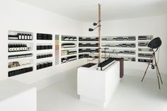 9 Aesop Stores that Revitalize Architectural Simplicity,Aesop Kyoto / Shinichiro Ogata, SIMPLICITY team . Image Courtesy of Aesop Showroom Design, Retail Interior Design, Interior And Exterior, Aesop Shop, Retail Branding, Retail Shelving, Retail Space, Shop Interiors, Retail Design