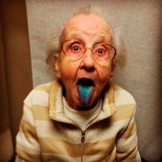 """Betty Simpson (@grandmabetty33) é a mais nova celebridade do Instagram. Com 80 anos, a simpática e irreverente vovó norte-americana, luta contra um câncer de pulmão e, nessa batalha pela vida, encontrou uma divertida forma de registrar a sua vida, conquistando mais de 300 mil seguidores na rede. Com muito bom humor, ela tira fotos mostrando...<br /><a class=""""more-link""""…"""