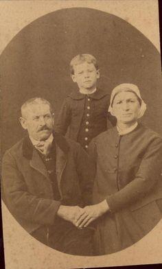 photo couple costume traditionnel fichu coiffe et enfant vers 1870-1880