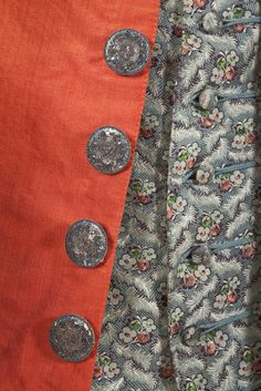 Ever so #dapper! Great combo of color & textures. Detail of red wool frockcoat, metal buttons and embroidered waistcoat with covered buttons Justeaucorps und Weste, 1780, Germany. MKG, Hamburg