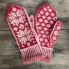 Ravelry: Winter Stars Mittens pattern by Runningyarn Loom Knitting, Knitting Stitches, Knitting Socks, Fair Isle Knitting, Free Knitting, Knitting Patterns, Knitting Machine, Hat Patterns, Stitch Patterns
