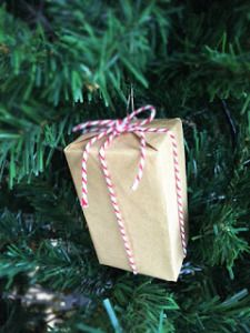 Tutorial: Mini Gift Ornaments - #CIJParty 2016   Etsy Christmas in July