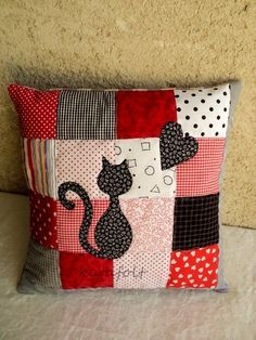 patchwork red and black with cat and heart applique Patchwork Cushion, Patchwork Quilting, Quilted Pillow, Sewing Pillows, Diy Pillows, Decorative Pillows, Cushions, Pillow Ideas, Travel Pillows