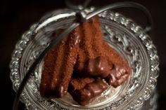 Seit Jahren gehört dieses Rezept zu unseren absoluten Favoriten unter den weihnachtlichen Plätzchenrezepten undist die erste Sorte, die aufgegessenist. Nougatstangen bestehen aus einem Schokoladenteig, der mit Nuss-Nougatcreme gefüllt und anschließend teilweise mit Schokolade überzogen wird. Das übrig gebliebene Eiweiß kann zu hübschen, kleinen Baiser verarbeitet werden.Hier geht es zum Rezept.