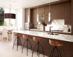 Cozinha moderna com um toque rústico trazido pelas banquetas!