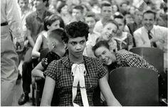 1957年, 美 國 第 一 名 黑 人 學 生 到 白 人 學 校 去 上 學。