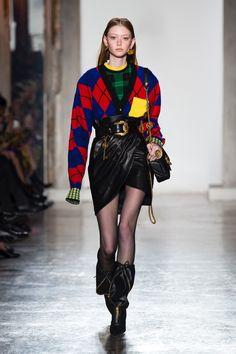 Versace Takes On Colorful Plaids for Fall 2018 Japan Fashion, Teen Fashion, High Fashion, Fashion Outfits, Versace Fashion, Runway Fashion, Mode Chanel, Japanese Street Fashion, Milan Fashion Weeks