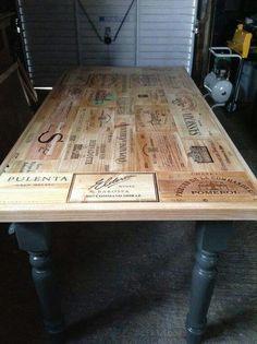 Superbe table faite avec des couvercles de caisses de vin... C'est fabuleux !!! !!!