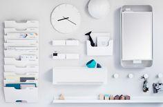 Rangements blancs comprenant une armoire à pharmacie, un range-revues mural, une…