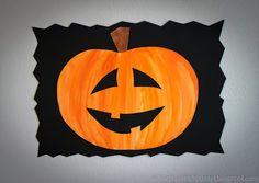 Askartelijan idealaari: lokakuuta 2014 Työn tekeminen aloitetaan suunnittelemalla valkoiselle A4-kokoiselle paperille oma kurpitsa. Tämän jälkeen kurpitsa maalataan oranssilla vesivärillä hieman kaarevasti siveltäen ja tyvi maalataan ruskealla vesivärillä. Kun vesiväri on kuivunut, leikataan kurpitsa ja sen kasvot piirrettyjen ääriviivojen mukaan. Leikattu kurpitsa liimataan mustalle A4-kokoiselle paperille. Mustan taustapaperin reunat voi vielä leikata haluamallaan tavalla.