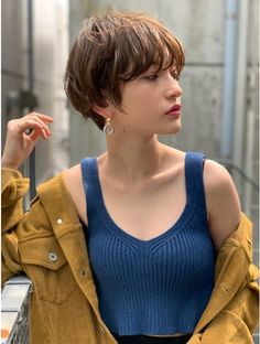 Short hair has numerous advantages – manageability, trendiness and versatility, to name a few. This article will detail 40 angled bob cuts and give you insight as to why they are so hot and popular! Short Hair Outfits, Edgy Short Hair, Girl Short Hair, Short Hair Cuts, Tomboy Hairstyles, Trending Hairstyles, Girl Hairstyles, Angled Bob Haircuts, Estilo Cool