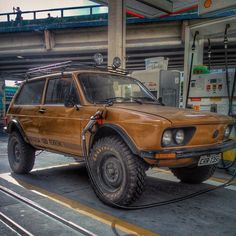 VW Brasília is an old Brazilian car made on the Beetle platform. This one is tuned like an off road. Brasília todo terreno!