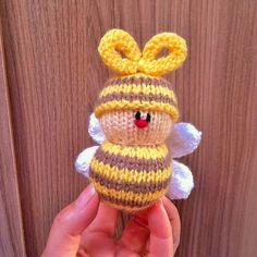 Easy Sweater Knitting Patterns, Knitting Dolls Free Patterns, Knitted Dolls Free, Easy Knitting, Loom Knitting, Buzzy Bee, Chucky, Christmas Knitting, Yarn Crafts