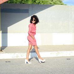 Pin for Later: DAS sind die besten Outfits für eure Instagram Bilder – wissenschaftlich bewiesen! Pastelltöne Tia Nicole Newton des Blogs Four One Oh! setzte ihre Pastelltöne perfekt in Szene vor einem monochrom Hintergrund.