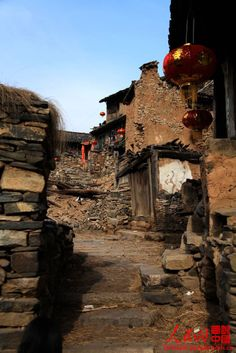 With a history of more than eight hundred years, Dacan village, located in Yuxian, Shanxi province, is surrounded by mountains. Eight years ago, there were 85 households and more than 320 villagers, but now there are only 11 households and 17 residents, with the oldest being 90 years old and the youngest 50 years old. Dacan ancient village is also called stone village because the whole village is built on a rock slope and all the houses are made of stones.