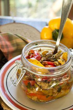 peperoni con tonno e olive nere taggiasche al naturale Best Italian Recipes, Favorite Recipes, Pesto Dip, Cooking Recipes, Healthy Recipes, Chutney, Food Inspiration, Kimchi, Good Food