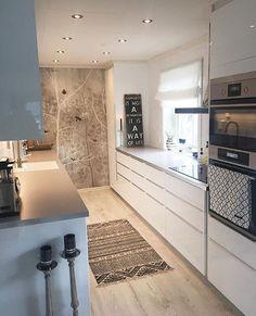 Moderne Küche, schlicht, aber mit netten Accessoires. :) ähnliche tolle Projekte und Ideen wie im Bild vorgestellt findest du auch in unserem Magazin . Wir freuen uns auf deinen Besuch. Liebe Grü�