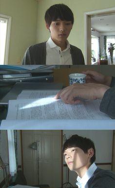 """Naoki baja a tomar desayuno. Sra. Irie: """"Kotoko está en una cita hoy"""". Naoki: """"Cita?"""". Yuki: """"Se vistió muy bonita y salió"""". Naoki recuerda la conversación que tuvo con Kin. Vuelve en sí, y comienza a servirse un café: """"Mmm, el tipo debe tener mal gusto"""". Su madre le pregunta si está seguro de lo que esta haciendo. Él no responde y vuelve a su cuarto. Allí, trata de leer, pero se distrae con un rayo de sol. Abre la cortina para ver el sol que hay afuera - Itazura na Kiss Love in Tokyo Ep 15"""