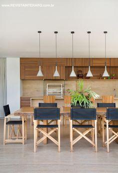 No espaço gourmet, o charme ficou por conta das cadeiras Diretor junto à mesa de madeira de demolição de Pedro Petry