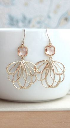 Gorgeous! Jewelry Accessories, Fashion Accessories, Fashion Jewelry, Jewelry Design, Gold Jewelry, Jewlery, Wire Jewelry, Feather Earrings, Gold Earrings
