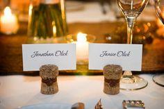 Platzkarten – eine von vielen wunderbaren Ideen, wie Wein- und Sektkorken bei einer Hochzeit Verwendung finden können ... denn Herbstzeit ist Weinzeit!