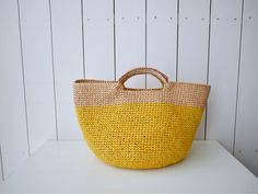 エコアンダリヤのマスタードとベージュのバッグを編み上げました個人的にすごく好きな配色です(^_^)持ち手はゴールドを巻いております♪夏に映えそうですね♪編...