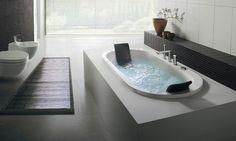 Une salle de bains moderne et de luxe avec une décoration d'inspiration japonaise