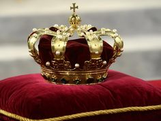 The crown, unused lying at this cushion.